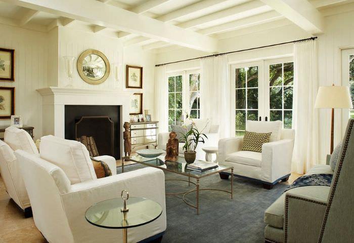 Белая гостиная в стиле современной неоклассики