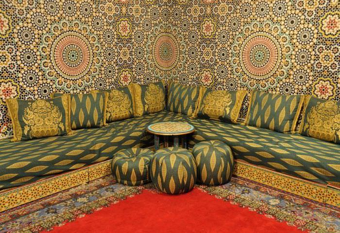 Угловой диван с яркой обшивкой в интерьере марокканского стиля