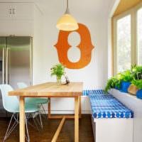 Стол в современном стиле на кухне частного дома