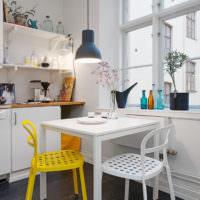 Желтый стул в белой кухне