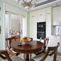 Подносы на стене кухни частного дома
