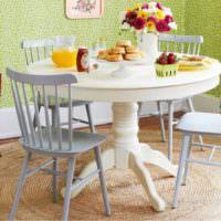 Круглый обеденный стол из массива дерева