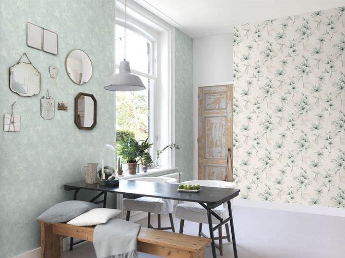 Дизайн кухни в деревенской стилистике с двумя типами обоев