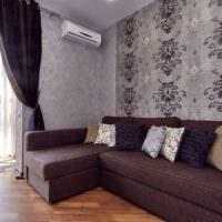 Темно-коричневый диван на паркетном полу