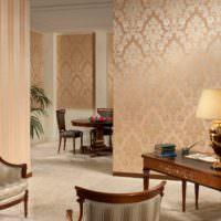 Розовый принт на обоях в гостином помещении