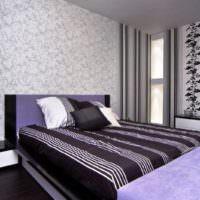 Кровать с полосатым текстилем в современной спальне