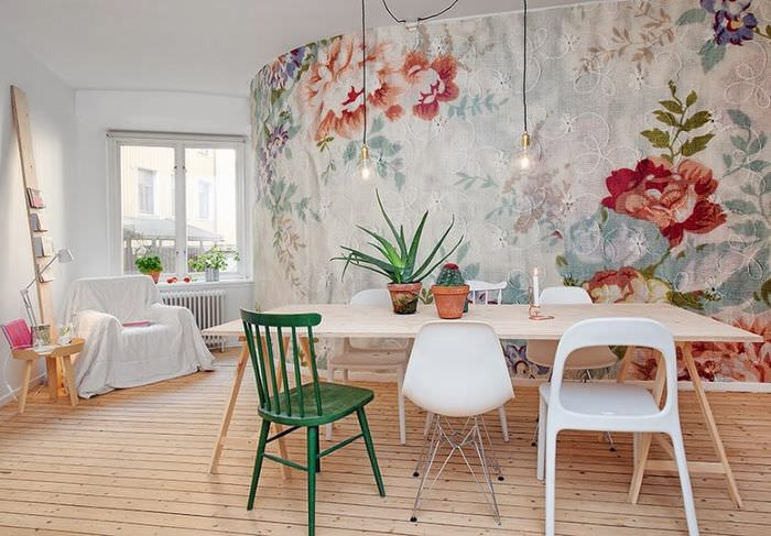 Красивые обои с крупными цветами в гостиной частного дома