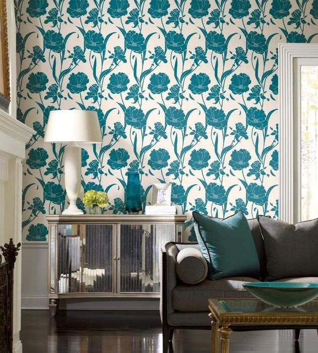 Дизайн гостиной в классическом стиле с обоями в цветочек