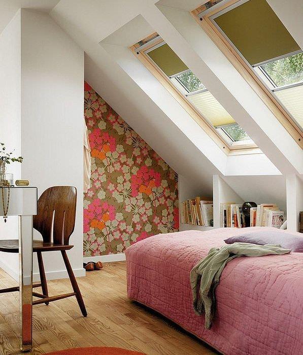 Отделка ниши в спальне частного дома обоями в цветочек