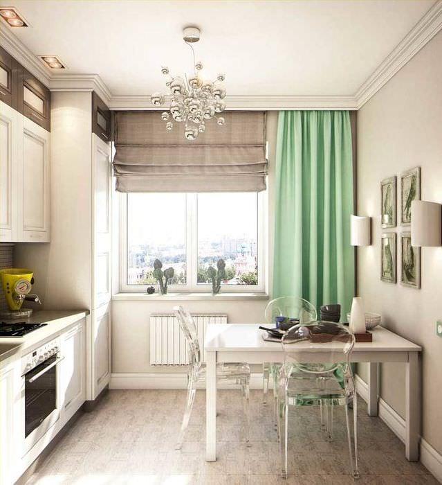 Комбинированные шторы на кухонном окне в городской квартире