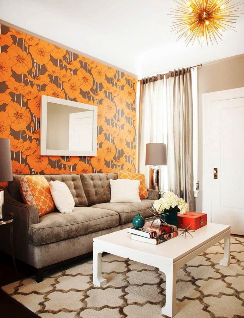 Оранжевые цветы па бумажных обоях в гостиной комнате