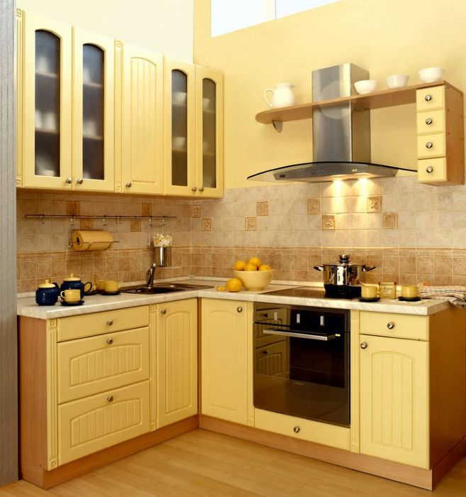 Желтый гарнитур на кухне площадью в 10 квадратных метров