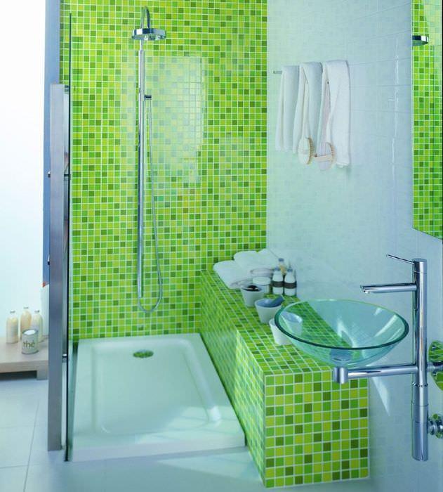 Отделка мозаикой короба с трубами в ванной комнате