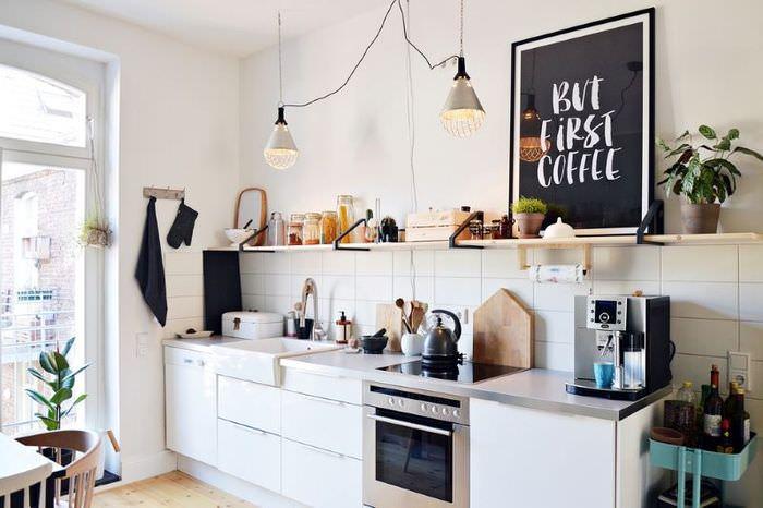 Дизайн кухни в стиле эклектики с навесной полкой на стене