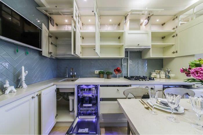 Кухонный гарнитур угловой планировки с открытыми дверцами