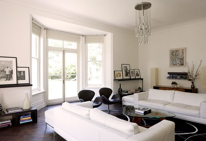 Интерьер красивой гостиной в белом цвете с окнами до пола