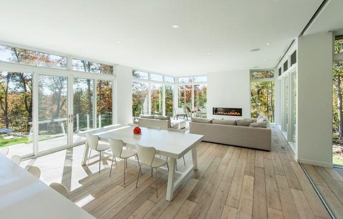 Совмещенная кухня-столовая в частном доме с панорамными окнами