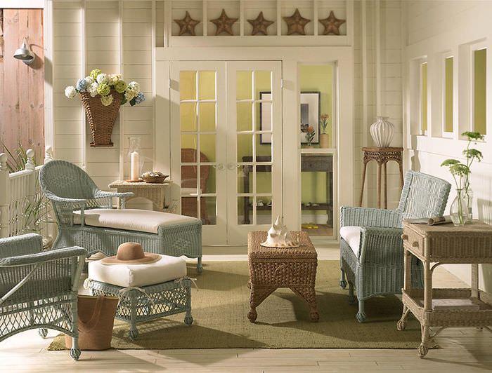 Интерьер зоны для отдыха с плетенной мебелью