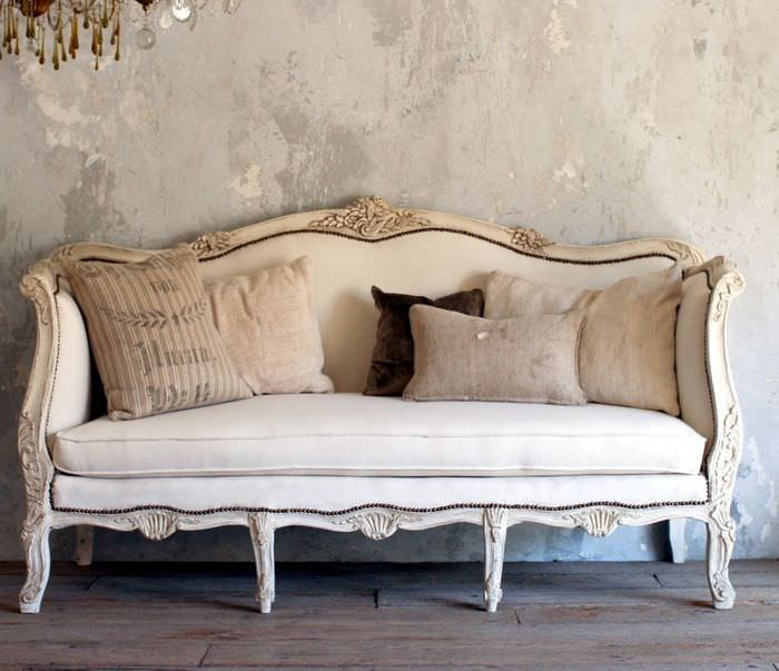 Подушки с наволочками из мешковины на диване в стиле прованс