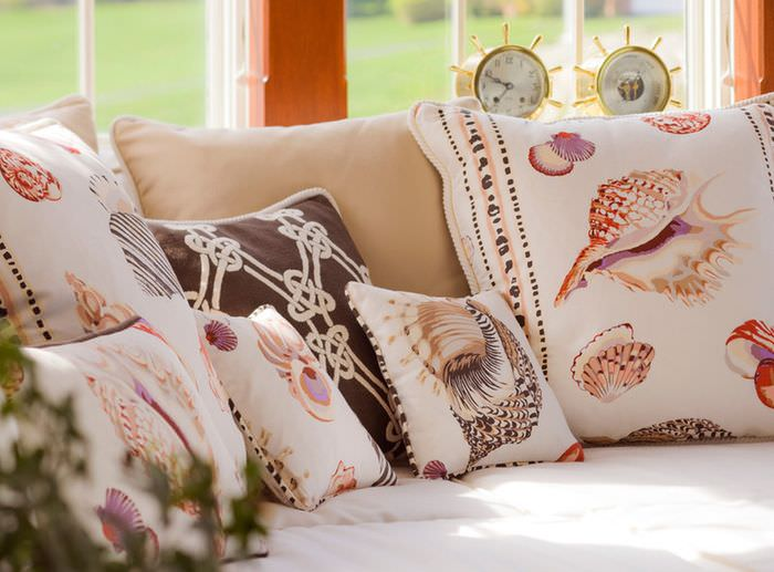 Декоративные подушки с изображениями морских ракушек