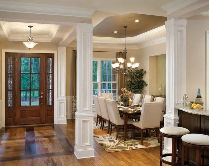 Интерьер гостиной загородного дома с полиуретановыми колоннами