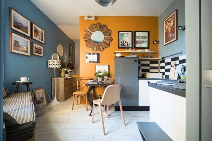 Постеры на стене кухни около обеденного стола