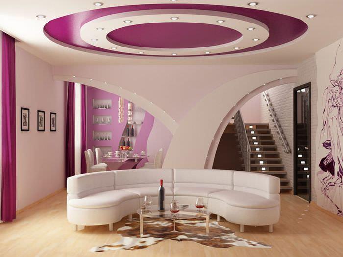 Белый потолок с фиолетовыми акцентами