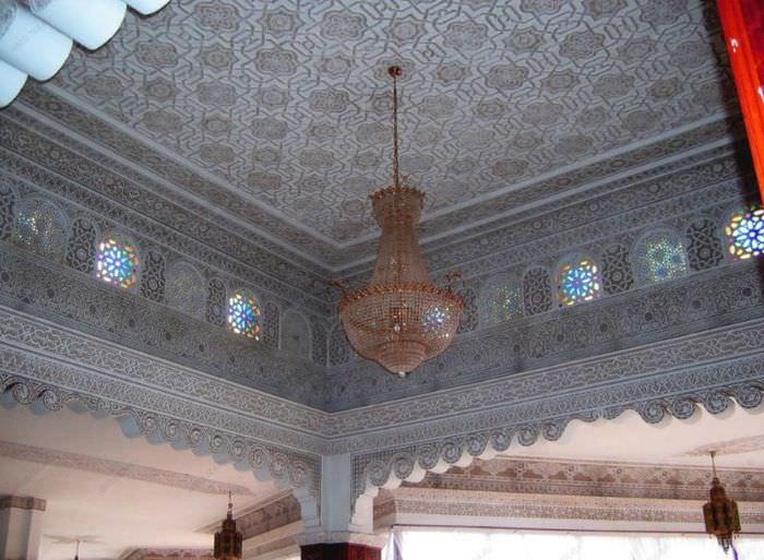 Потолок в марокканском стиле в гостиной загородного дома