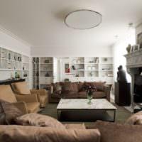 Ровный белый потолок в интерьере зала