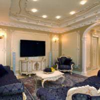 Гипсовая лепнина с позолотой в интерьере зала