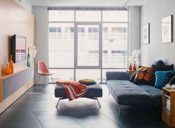 Панорамные окна в гостиной с раскладным диваном