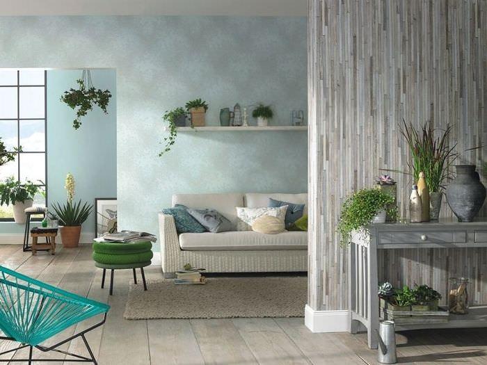 Живые растения в интерьере гостиной с бумажными обоями