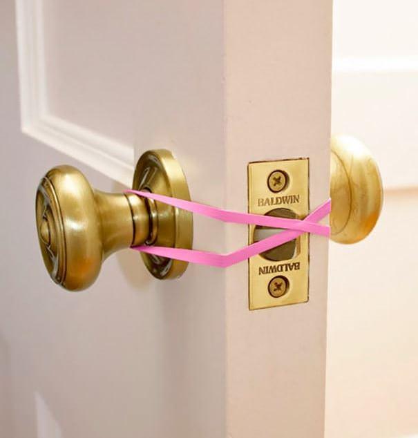 Лайфхак для дома – резинка в роли фиксатора дверной защелки