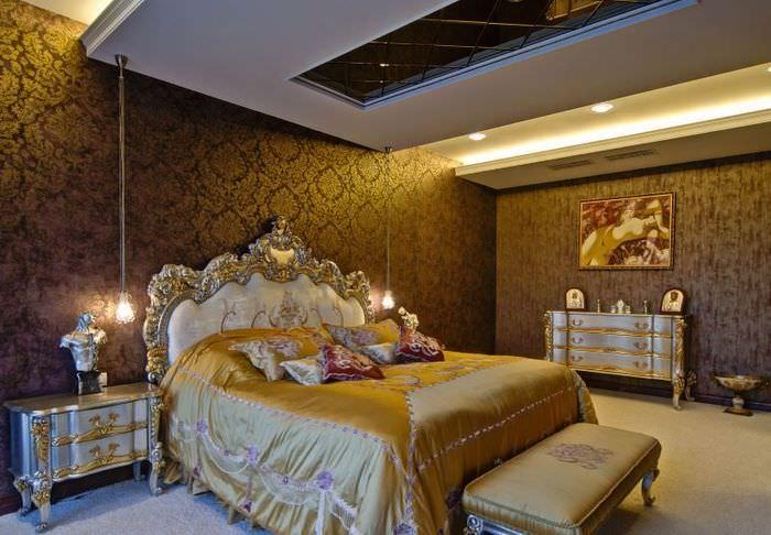 Интерьер богато оформленной спальни в классическом стиле