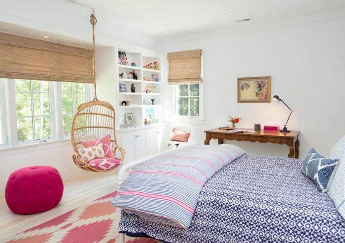 Белые стены в комнате для девочки подростка