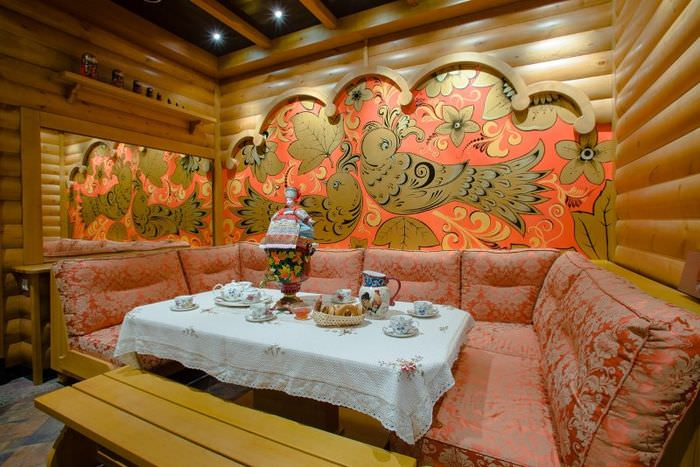 Самовар на столе в комнате отдыха для чаепития после бани