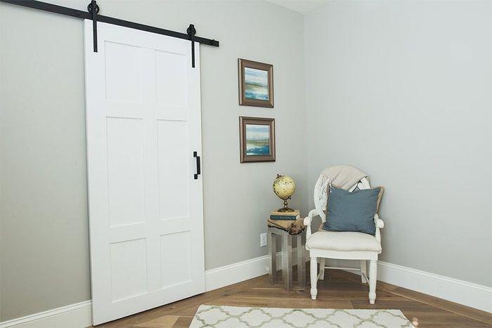 Светлая дверь раздвижной конструкции в интерьере гостиной