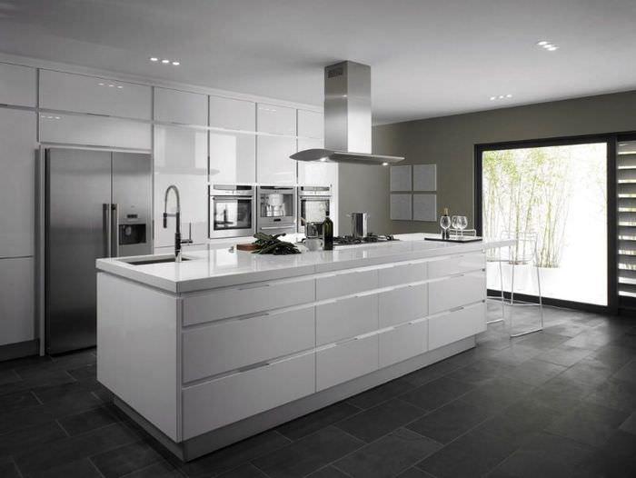 Интерьер серой кухни в стиле минимализма
