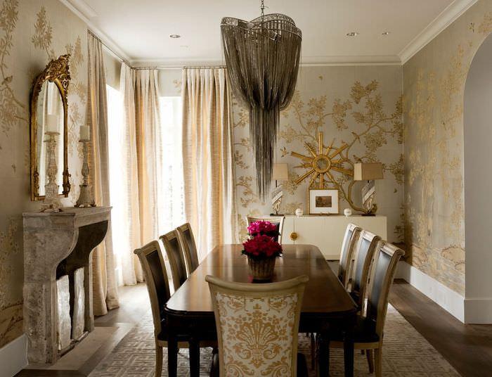 Большой обеденный стол в комнате с золотыми обоями