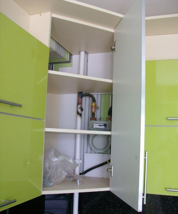 Маскировка газовой трубы в интерьере кухни