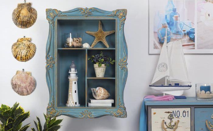 Кухонный шкафчик с морскими украшениями в интерьере комнаты