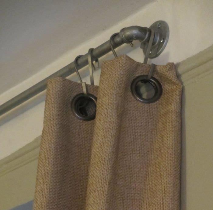 Подвеска штор из мешковины на карниз с помощью крючков