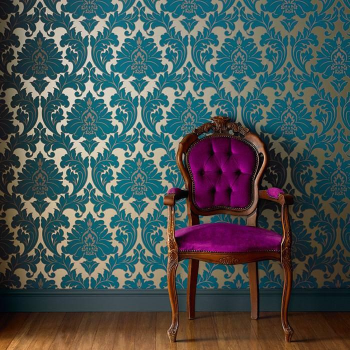 деревянный стул на фоне стены с темно-золотыми обоями