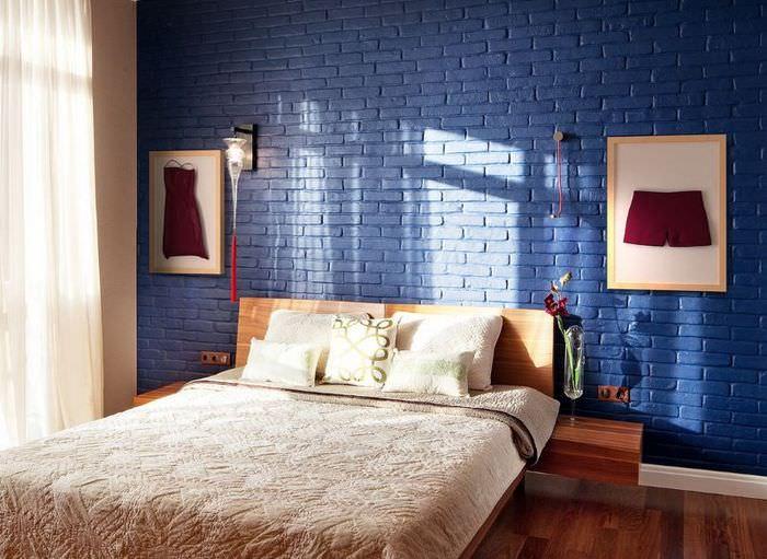 Интерьер спальни с кирпичами на обоях