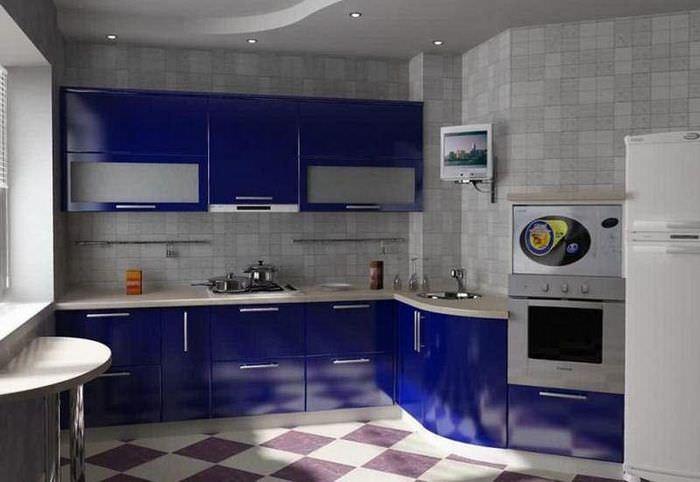 Кухонный гарнитур с синими глянцевыми фасадами