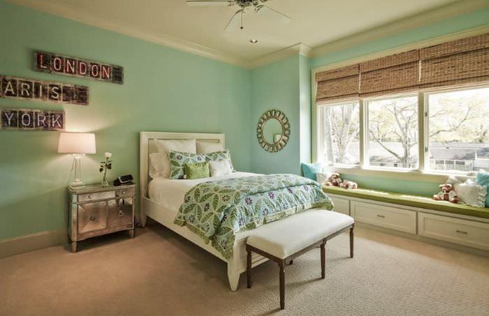 Сочетание бежевого цвета с мятным в спальне загородного дома