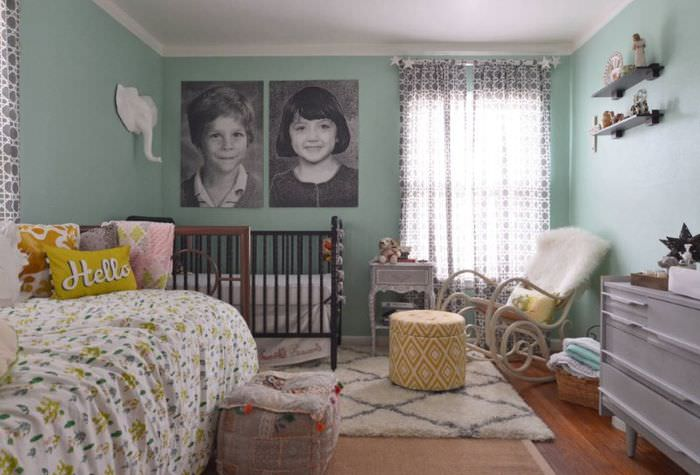 Уютный интерьер комнаты в серо-мятных оттенках