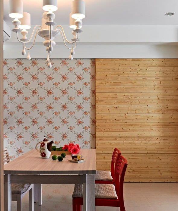 Декоративное панно из древесины на стене с цветочными обоями