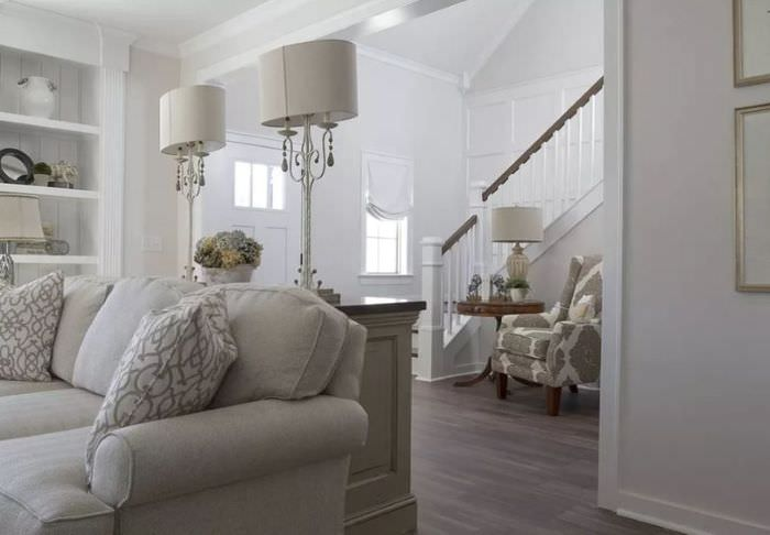 Классический интерьер в современной гостиной частного дома