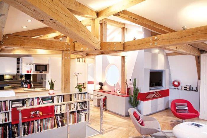 Белые стены в гостиной с деревянными балками на потолке